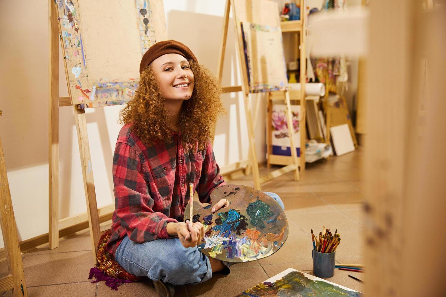 söt tjejmålning foto