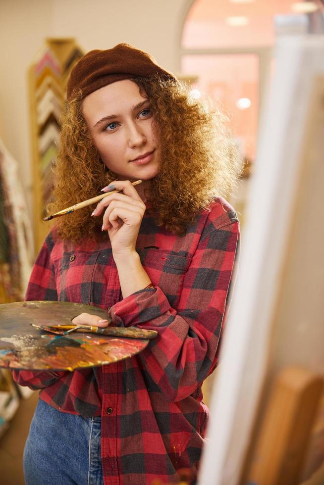 konstnär som funderar på målning foto