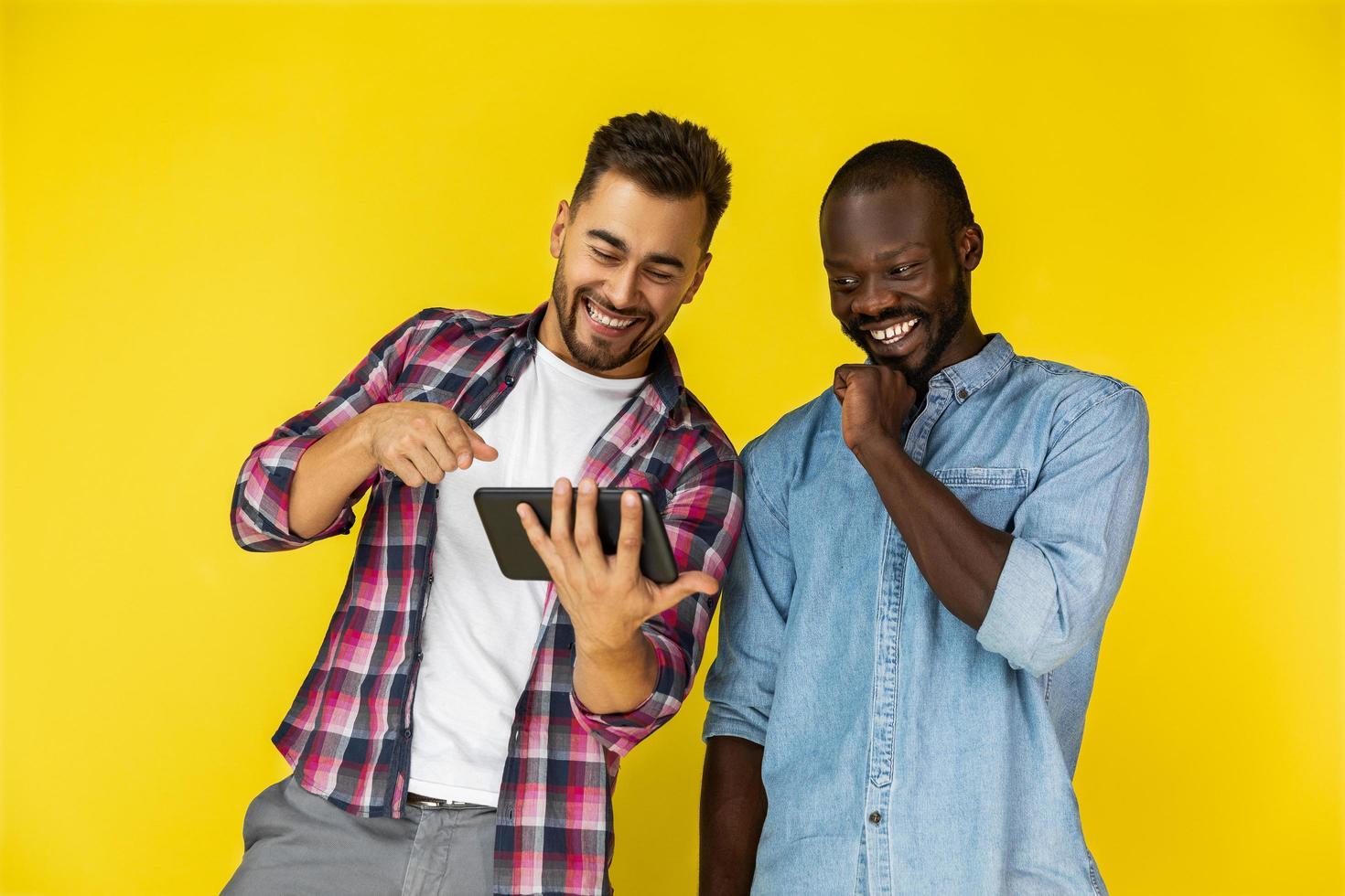 två vänner skrattar åt en video foto