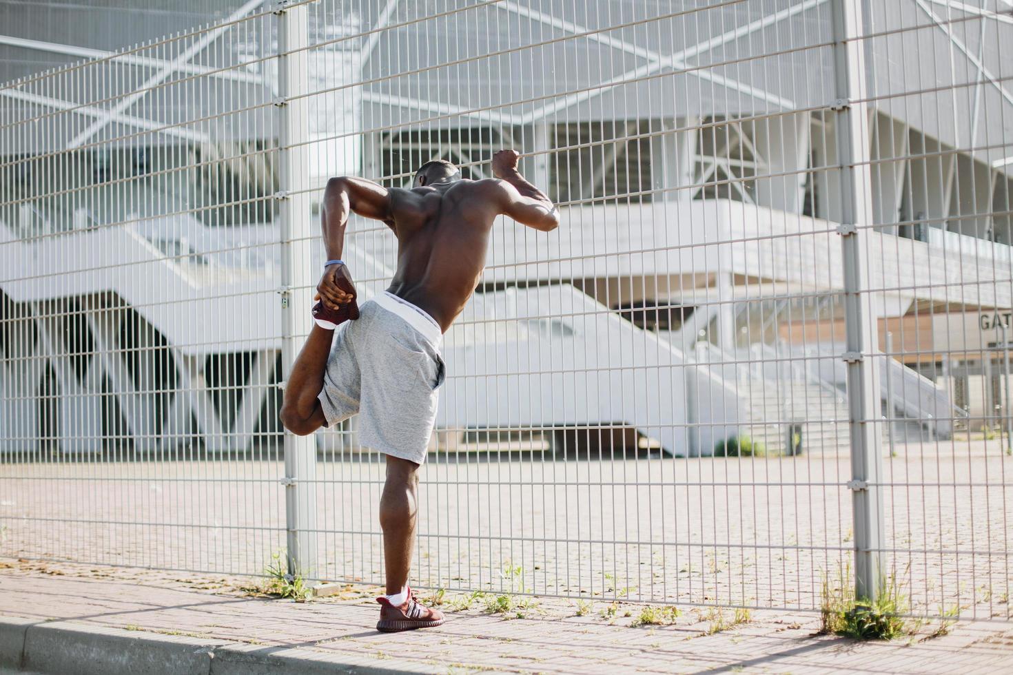 man sträcker sig före ett träningspass foto