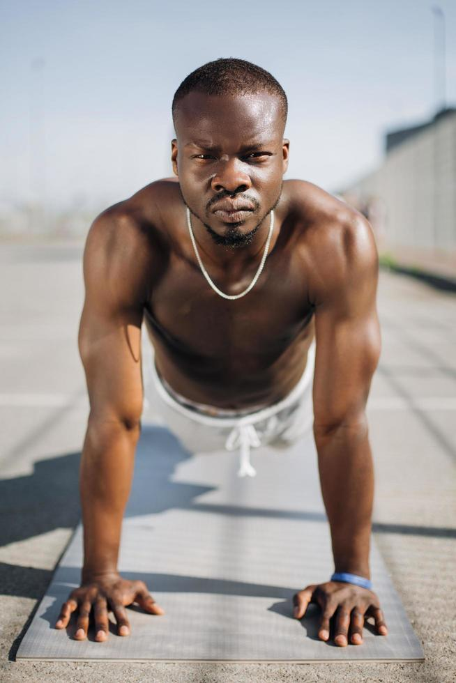 idrottsman gör push ups foto