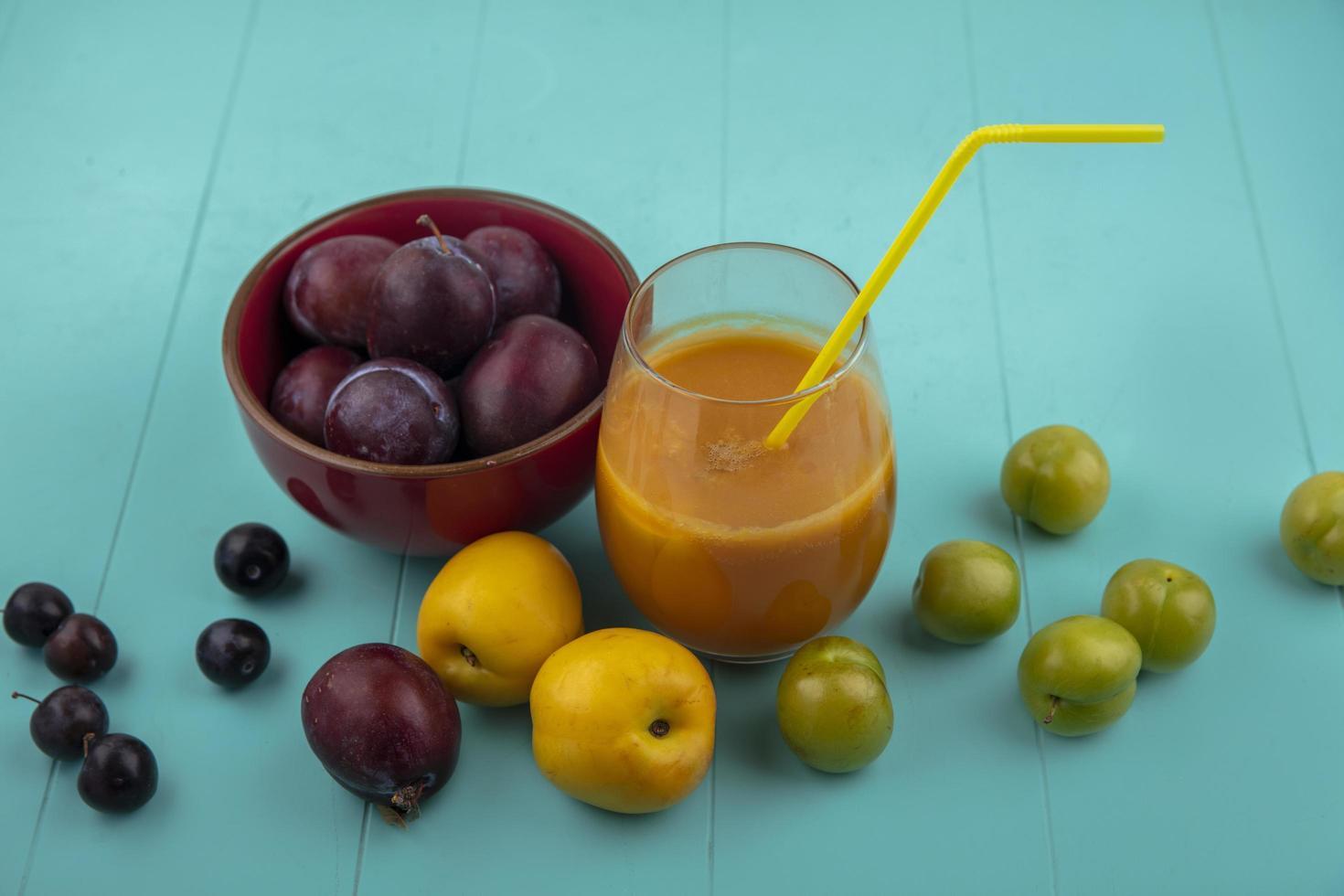 färsk frukt och juice på blå bakgrund foto