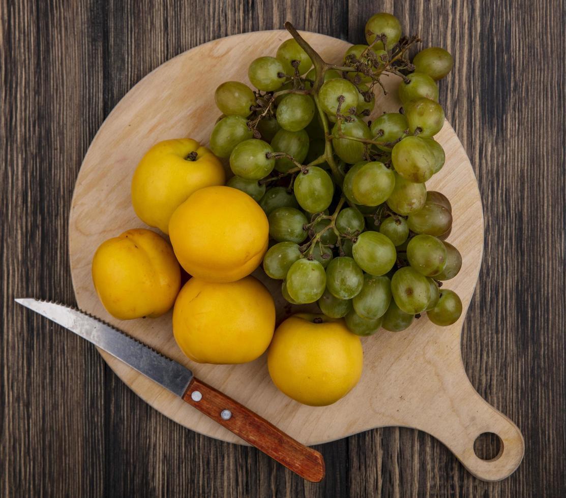 blandad frukt på träbakgrund foto