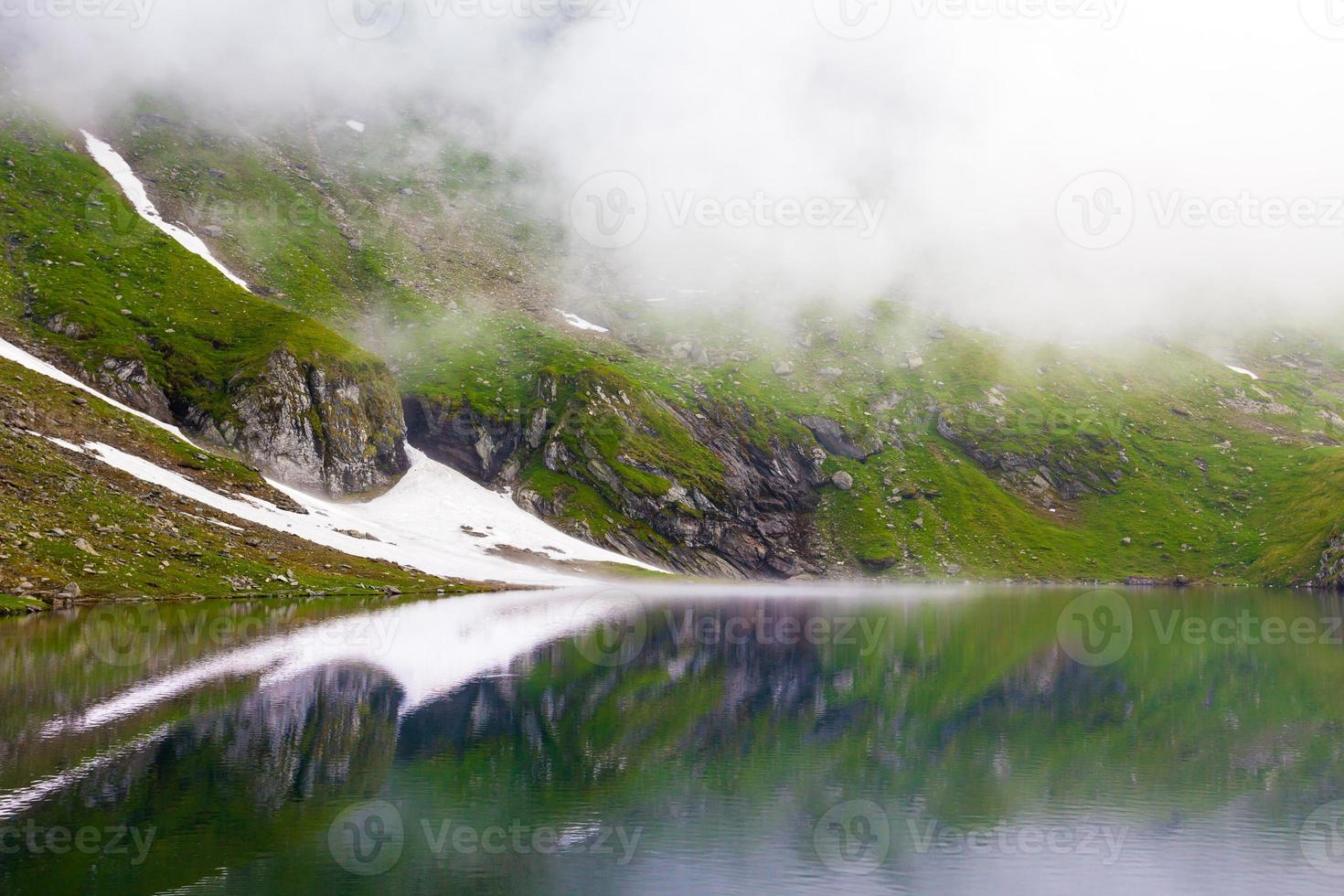 idyllisk utsikt med snö på Balea sjön foto