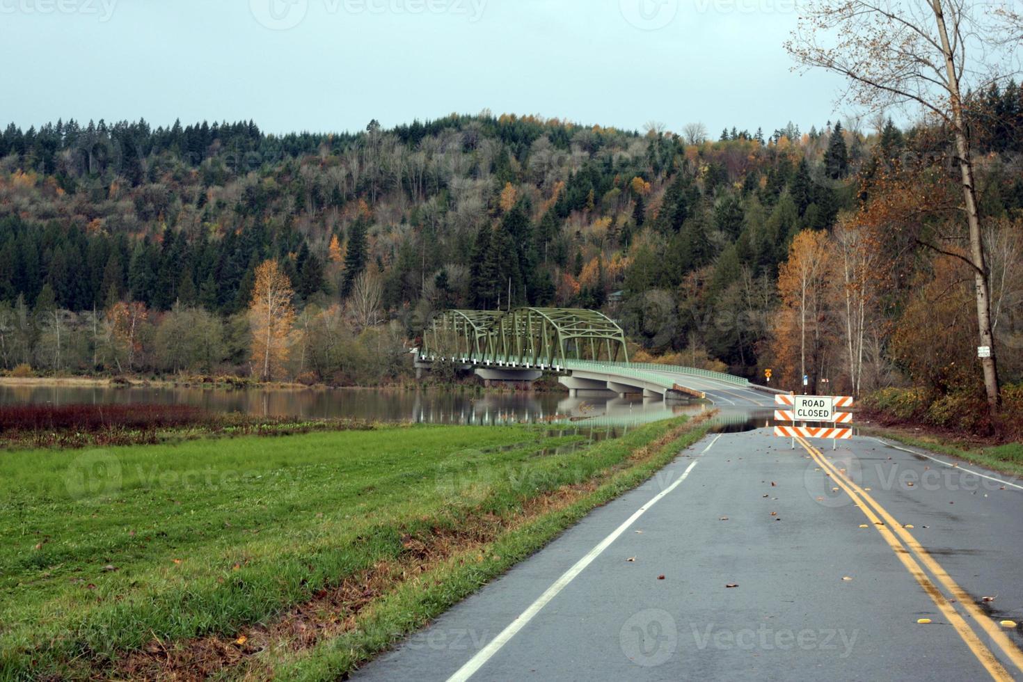 vägen stängd på grund av mindre översvämningar foto