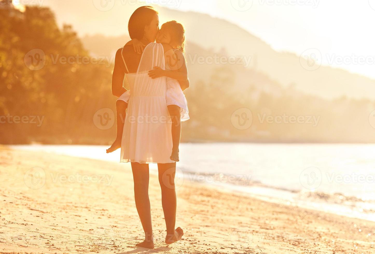 mamma och dauther i beachat sunsat, glad foto