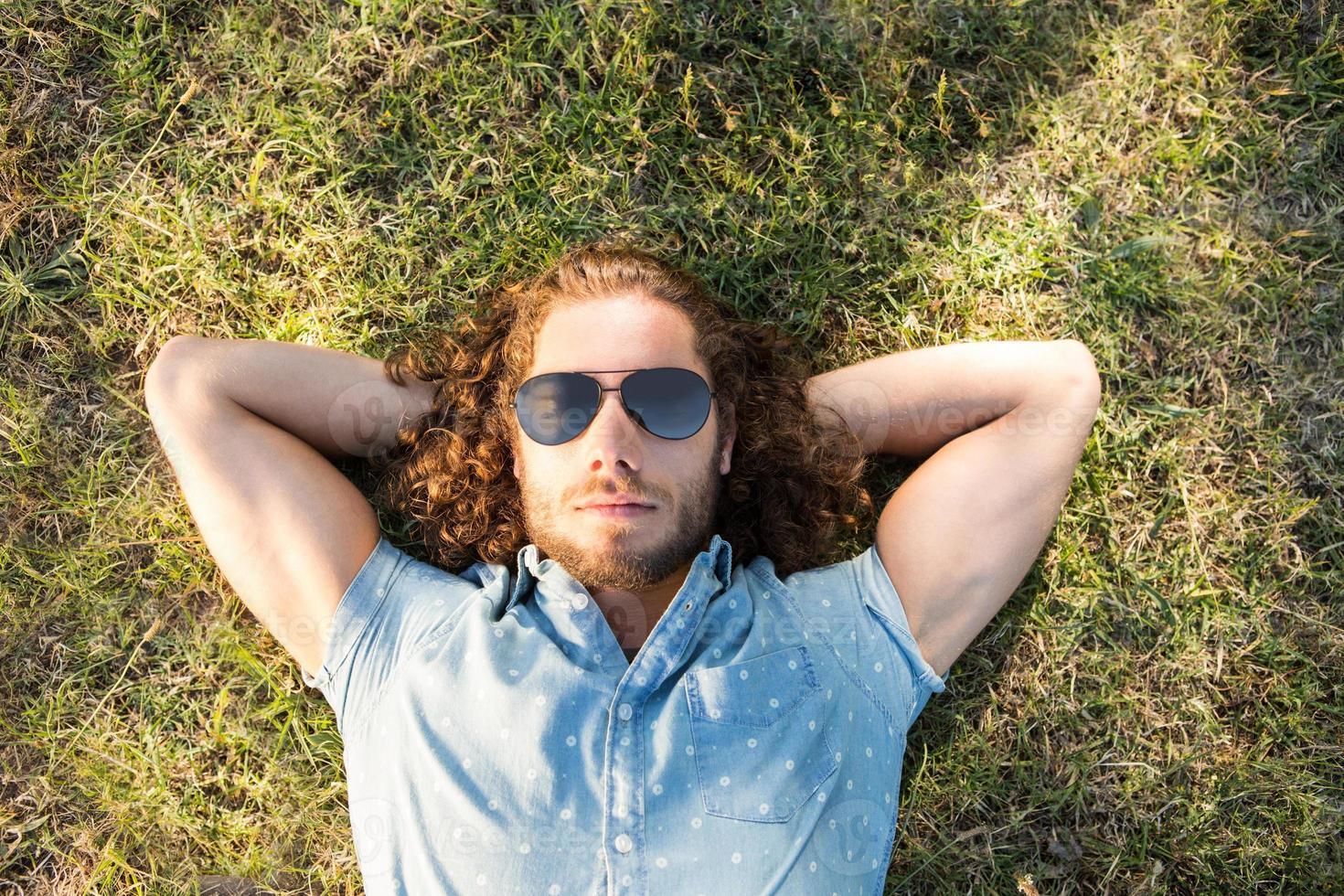 ung man som ligger i parken foto