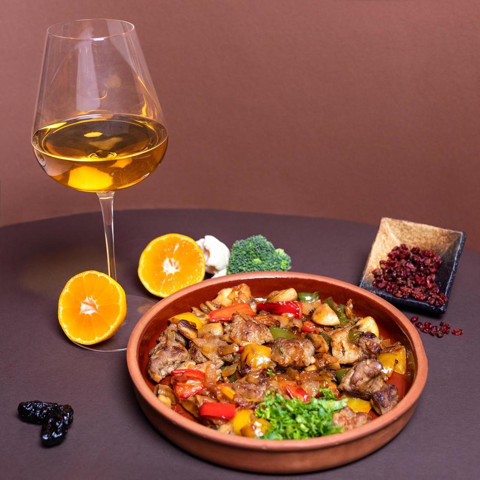 välsmakande köttmåltid med vitt vinglas foto