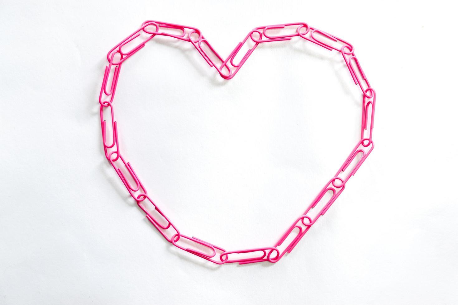 rosa hjärtformade gem på vit bakgrund foto