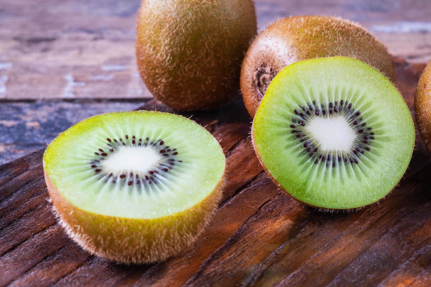 färsk kiwifrukt skuren i hälften foto