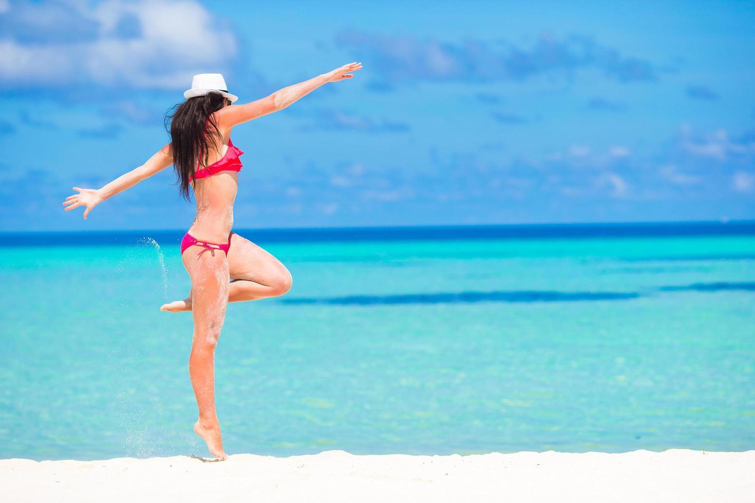 kvinna som har kul på stranden foto
