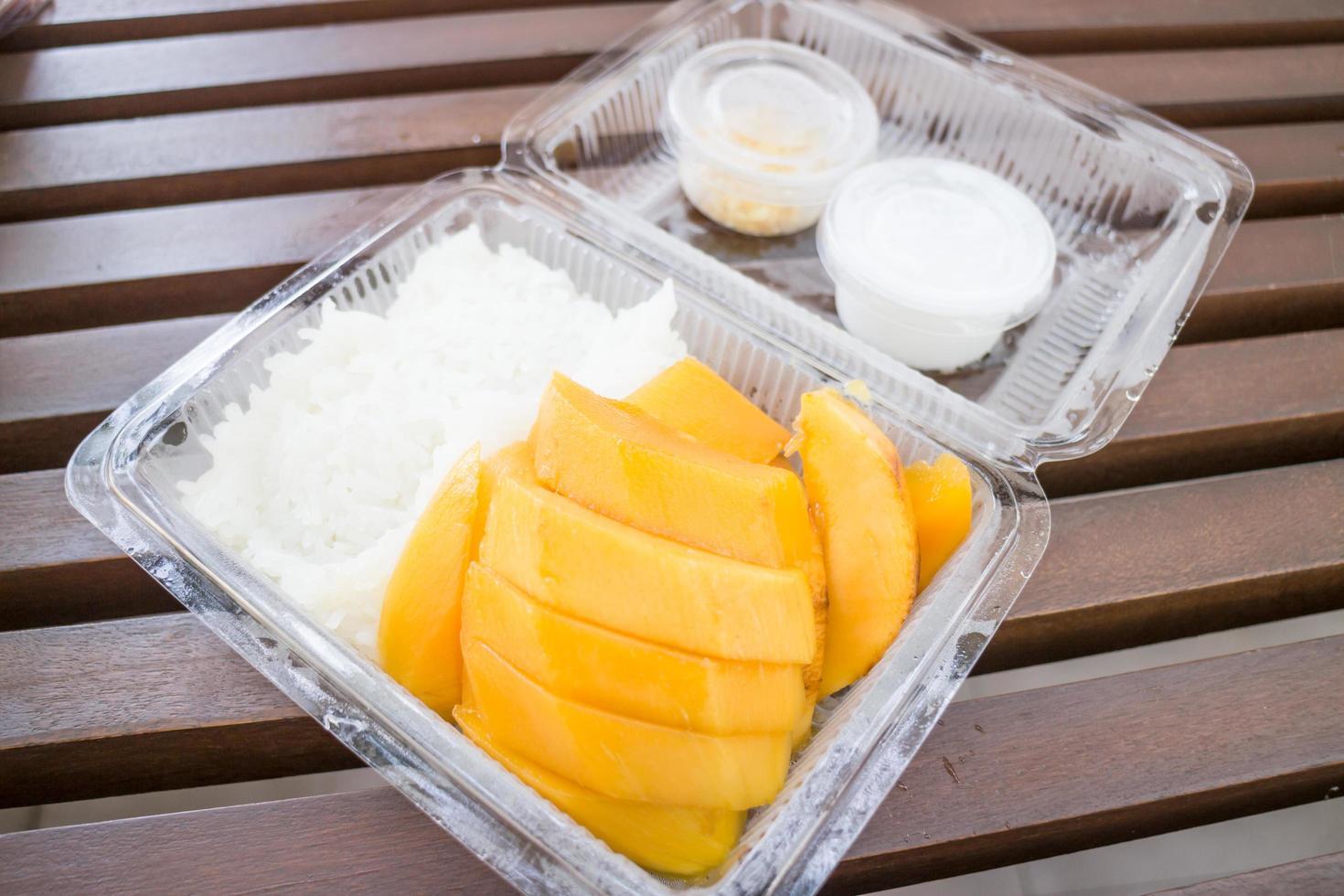 söt mango och klibbigt ris foto
