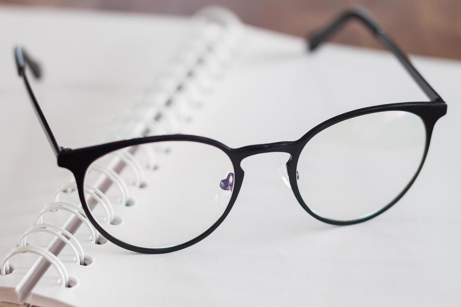 närbild av glasögon foto