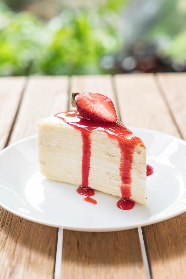 vaniljcrapekaka med jordgubbssås foto