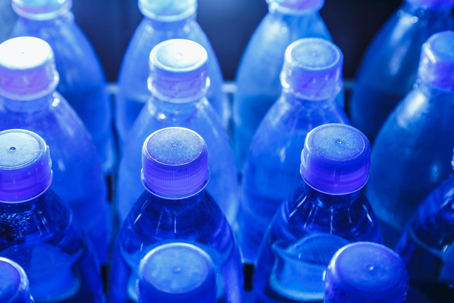 toppar av vattenflaskor foto