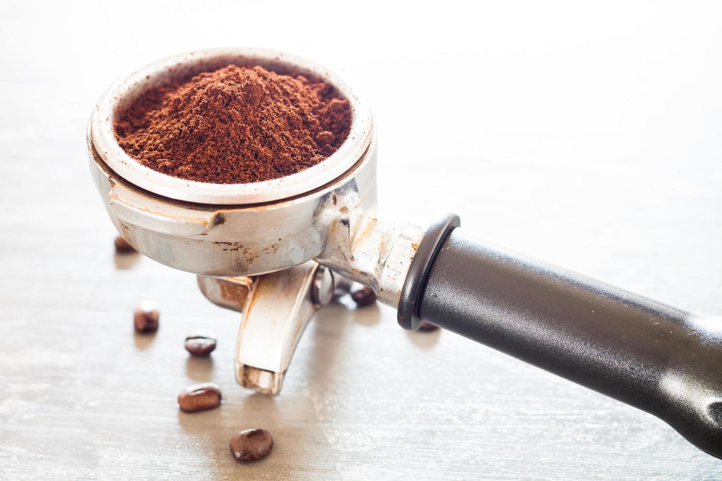 kaffebönor och en kaffekvarn foto