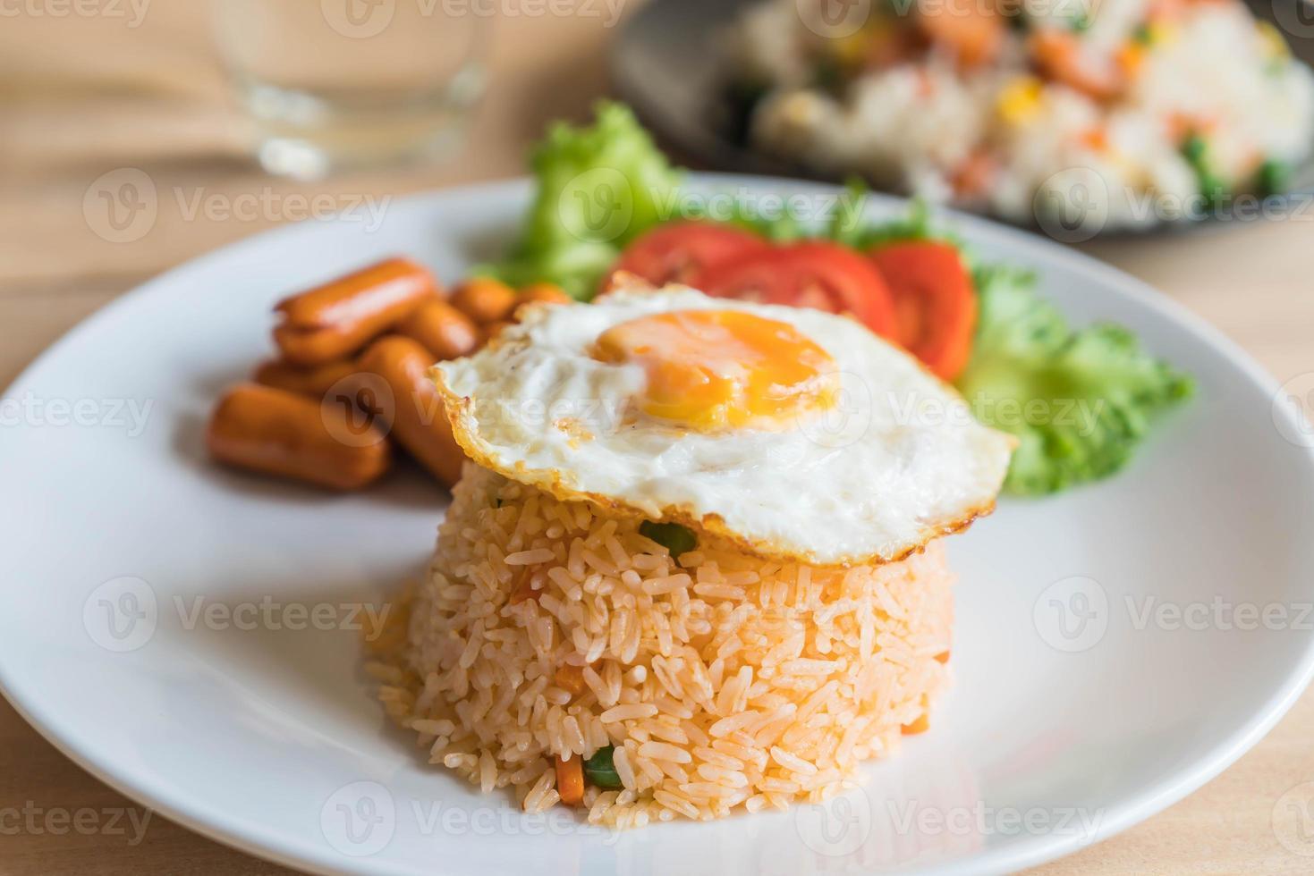 stekt ris med korv och stekt ägg foto
