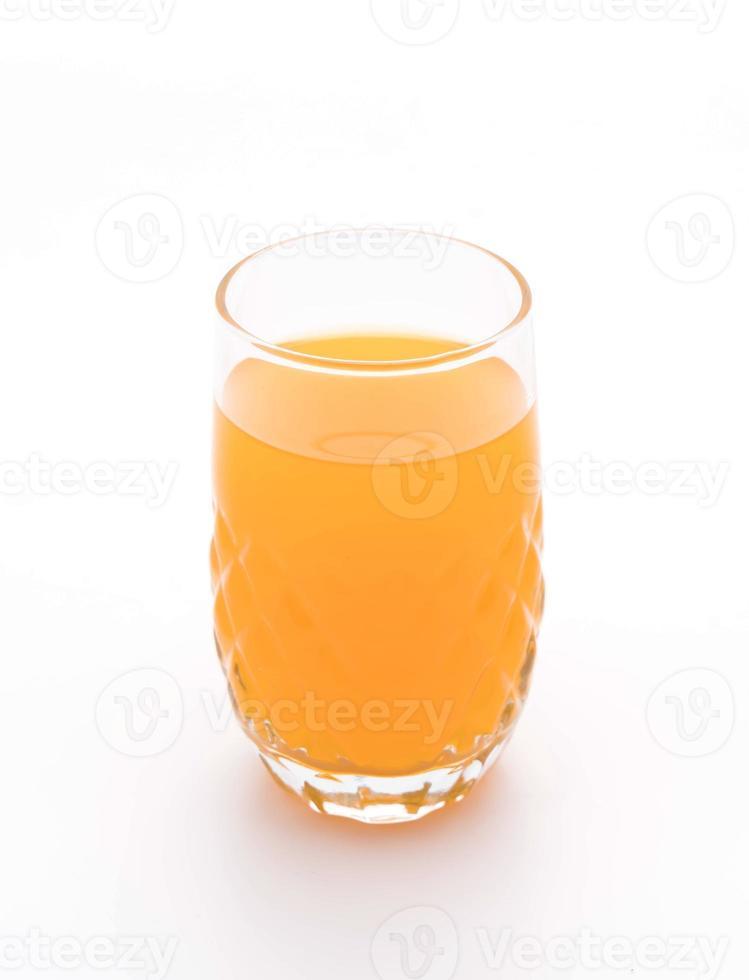 glas apelsinjuice på vit bakgrund foto