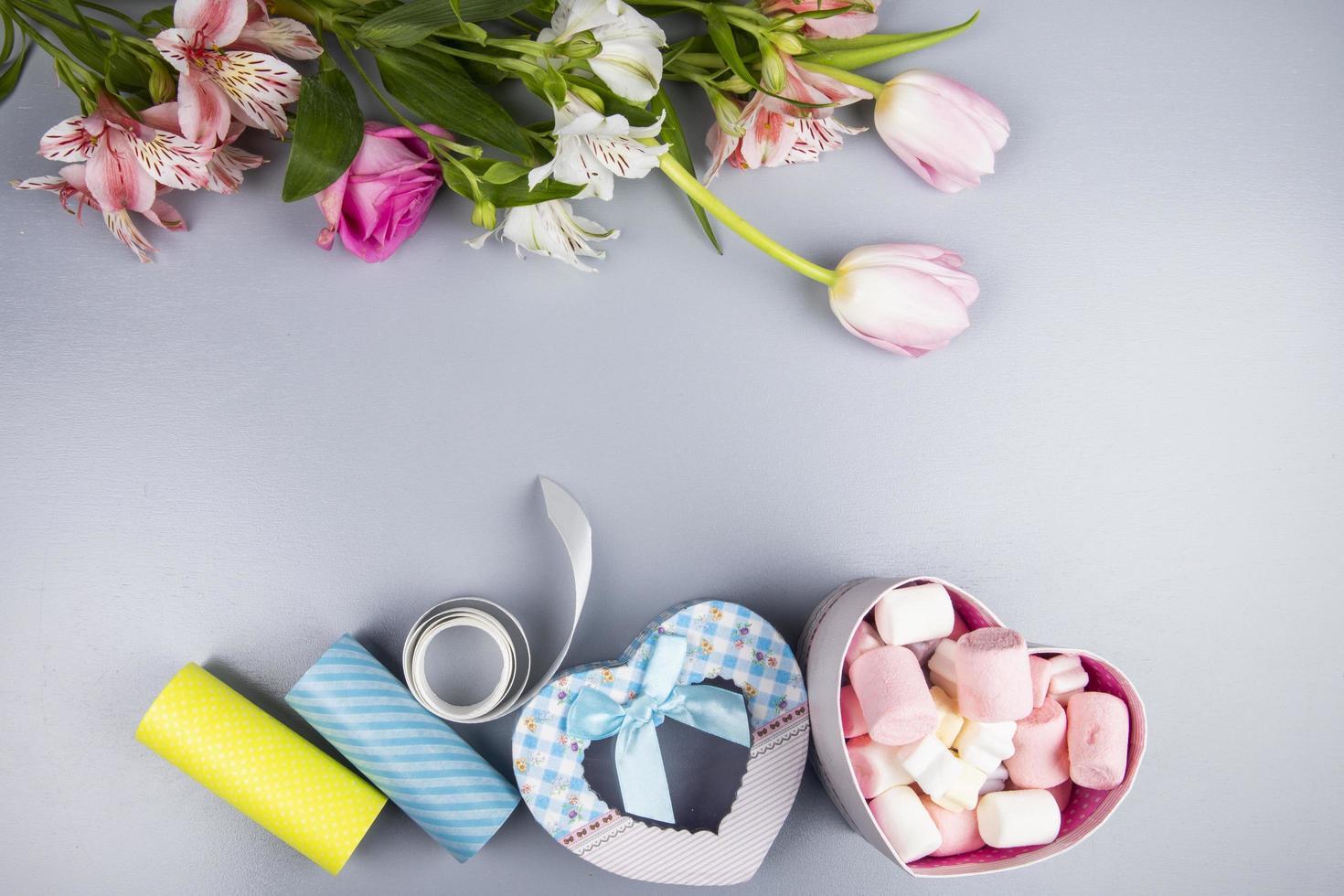 ovanifrån av blommor och alla hjärtans gåvor foto
