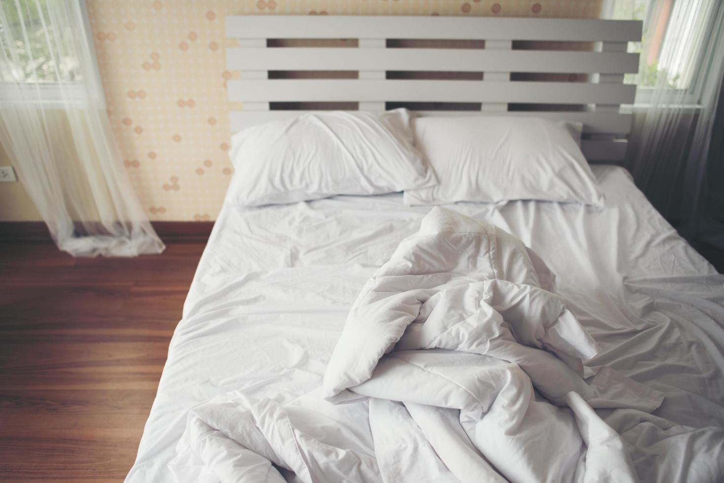 skrynkliga lakan i sovrummet foto