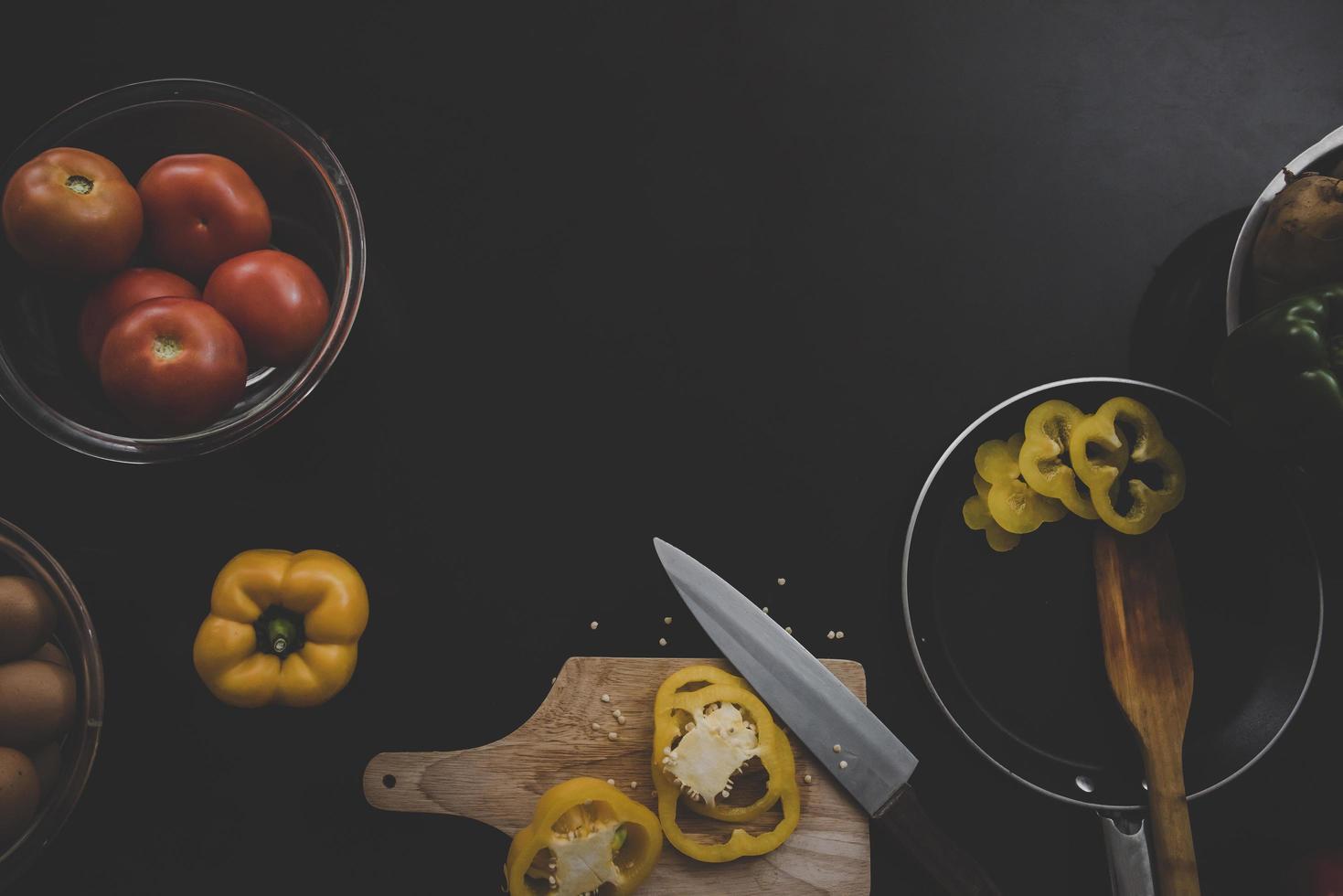 färska grönsaker på svart trä bakgrund foto