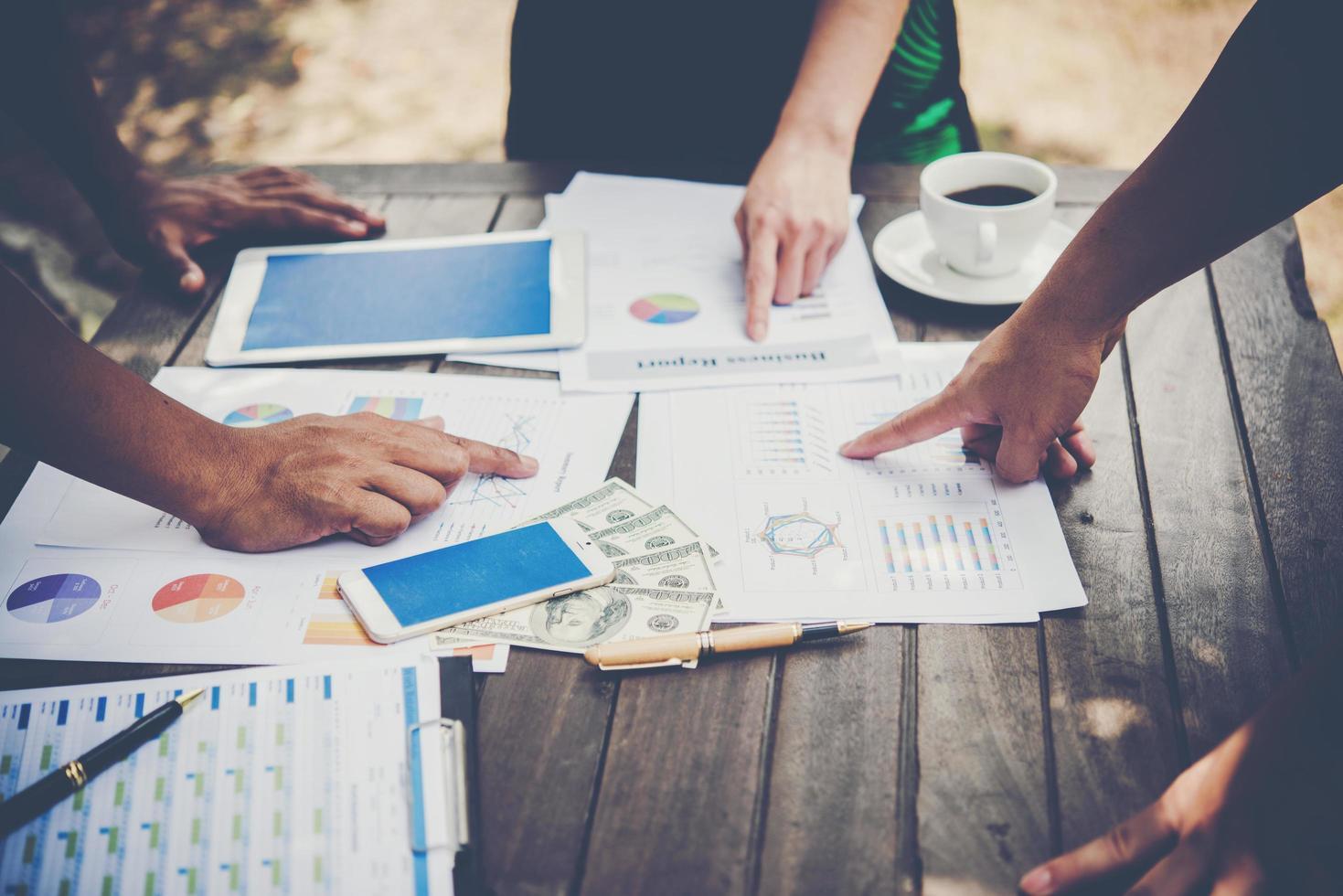 grupp affärsmän analyserar grafer vid mötet foto