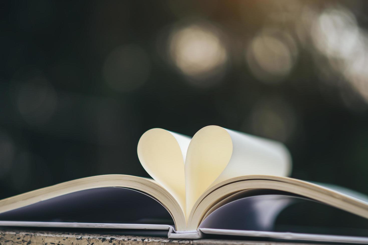 öppen bok med hjärtform foto