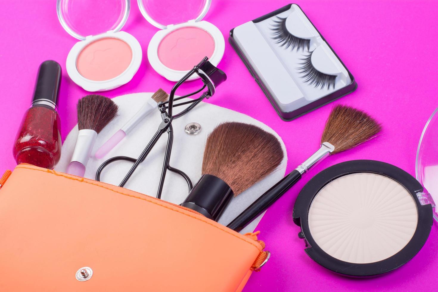 tkosmetiska skönhetsprodukter på rosa bakgrund foto