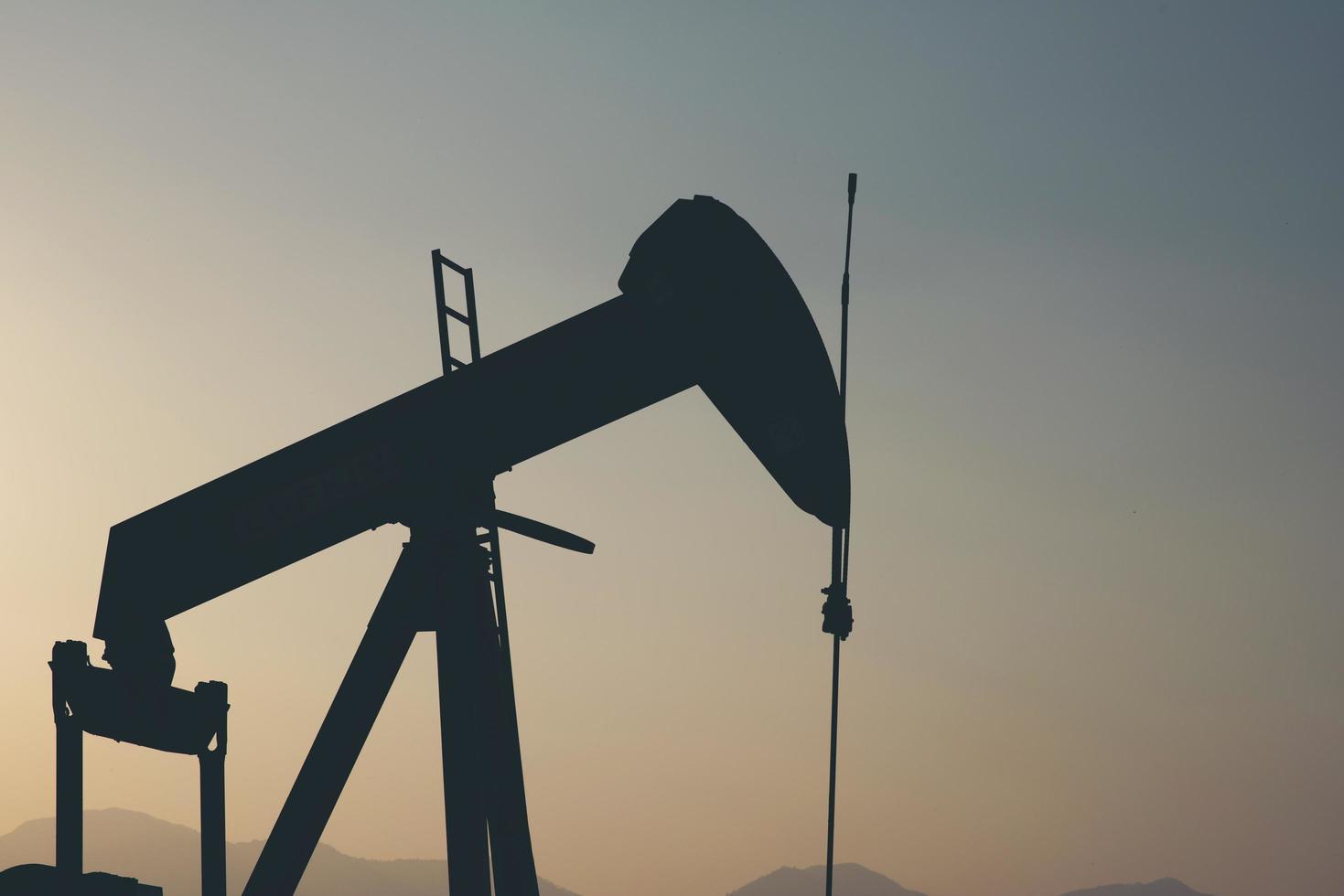 silhuett av en byggenhet i ett oljefält foto