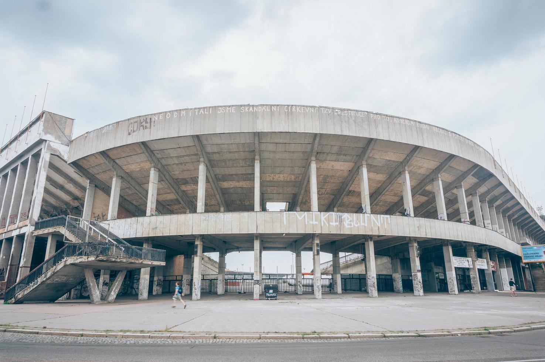 Prag, Tjeckien, 20200 - Panorama över en modern grå byggnad foto