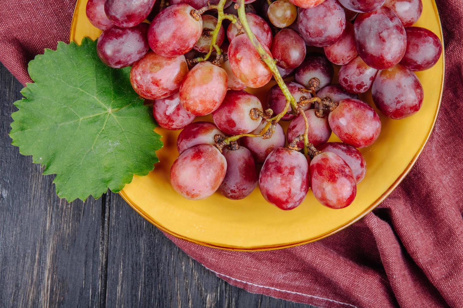 närbild av röda druvor foto