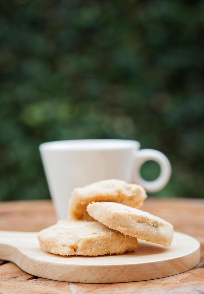 cashewkakor på en bricka med en kaffekopp foto