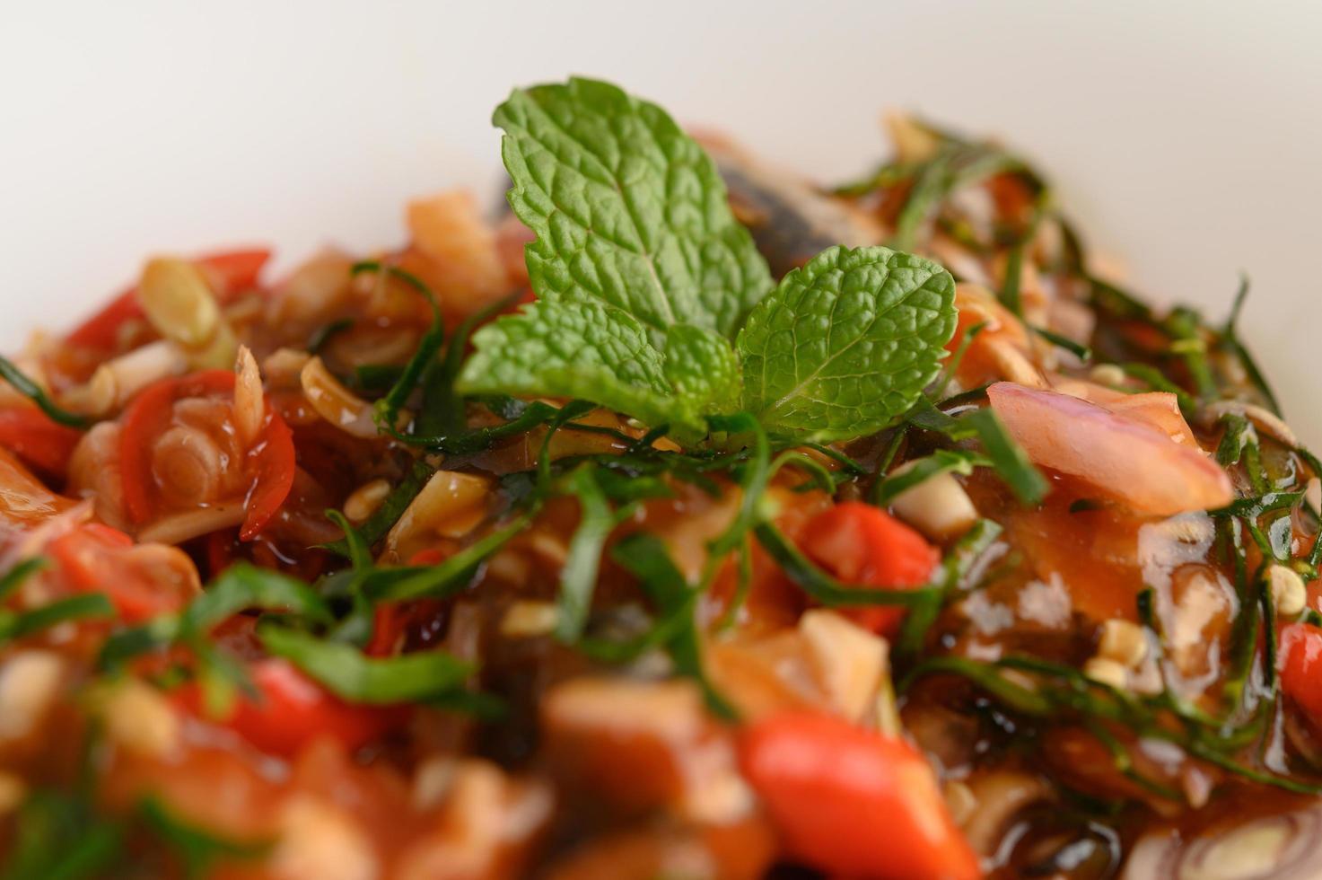 kryddiga sardiner i tomatsås foto