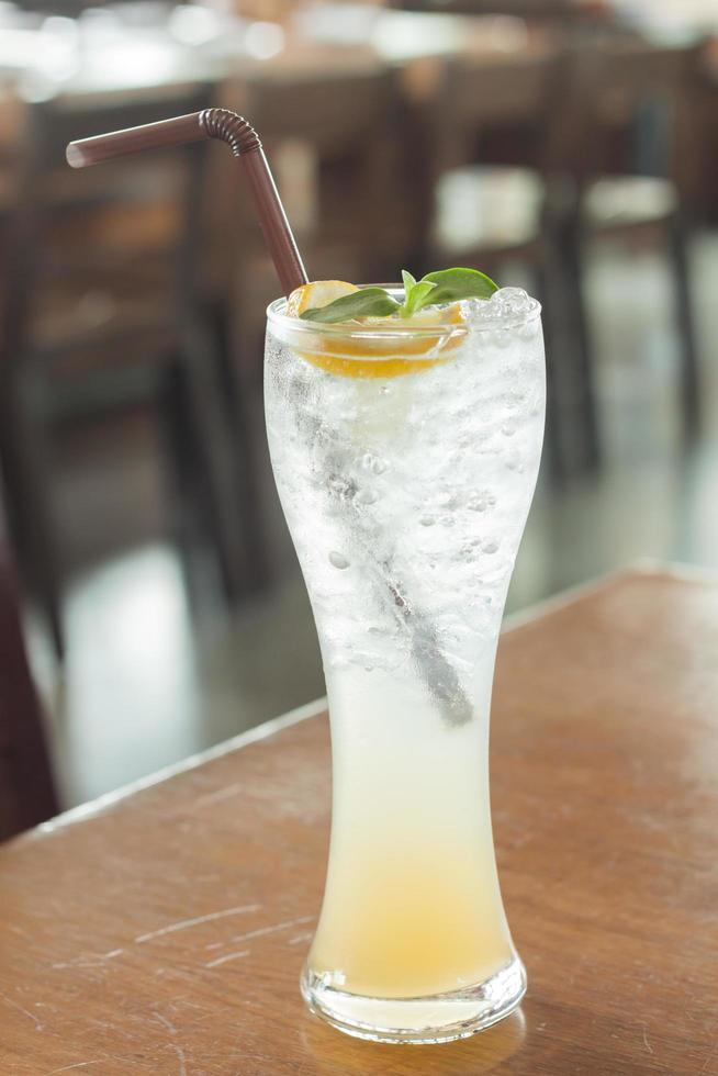 isvatten i ett glas med citron foto