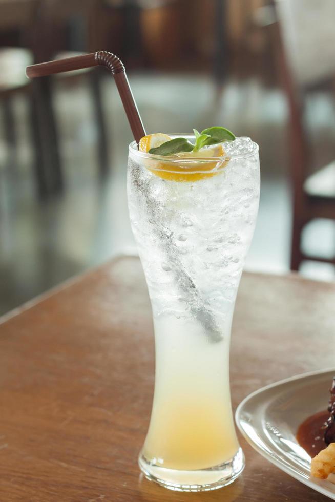 högt glas vatten på ett bord foto