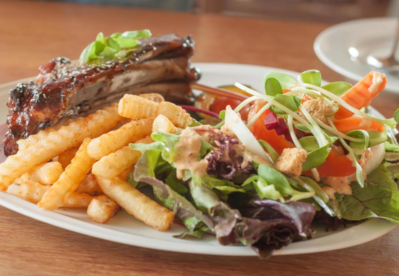 biff och pommes frites med en sallad foto