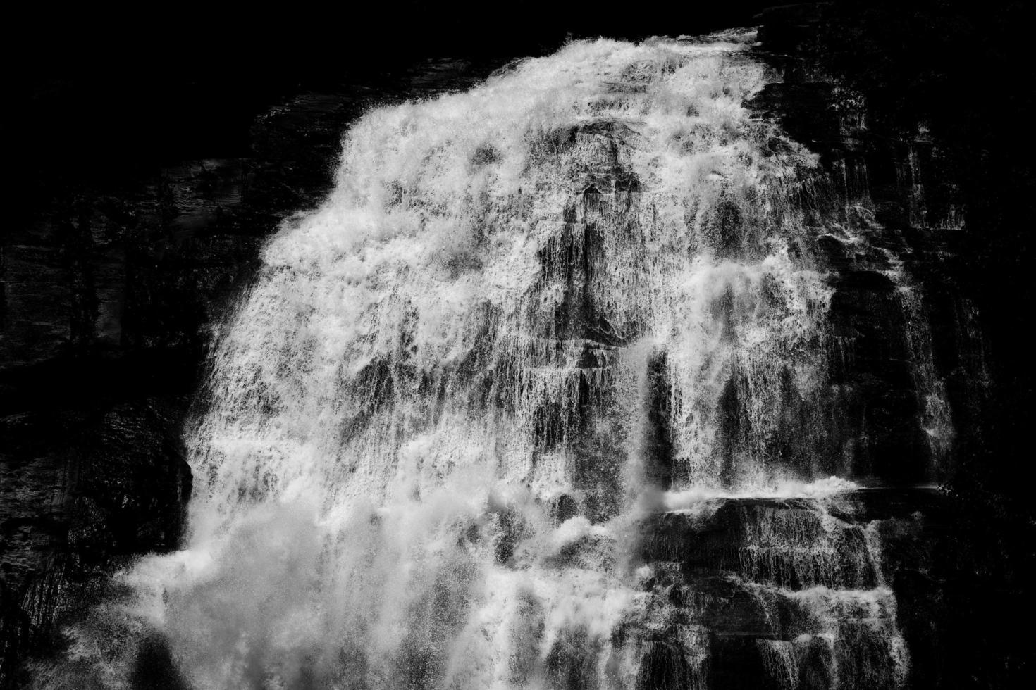 vatten faller i gråskalefotografering foto