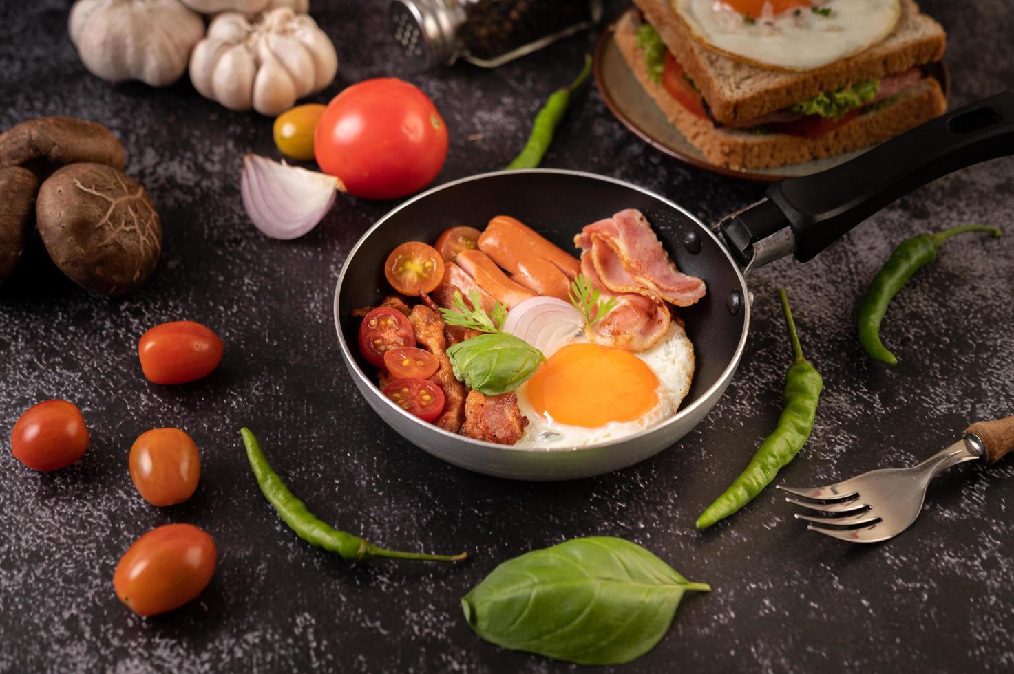 äggfrukost med korv och grönsaker foto