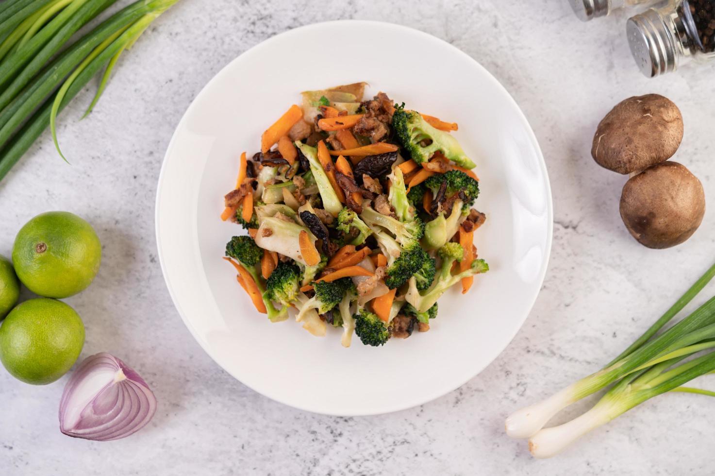 uppstekt broccoli, morötter och svamp med fläsk foto