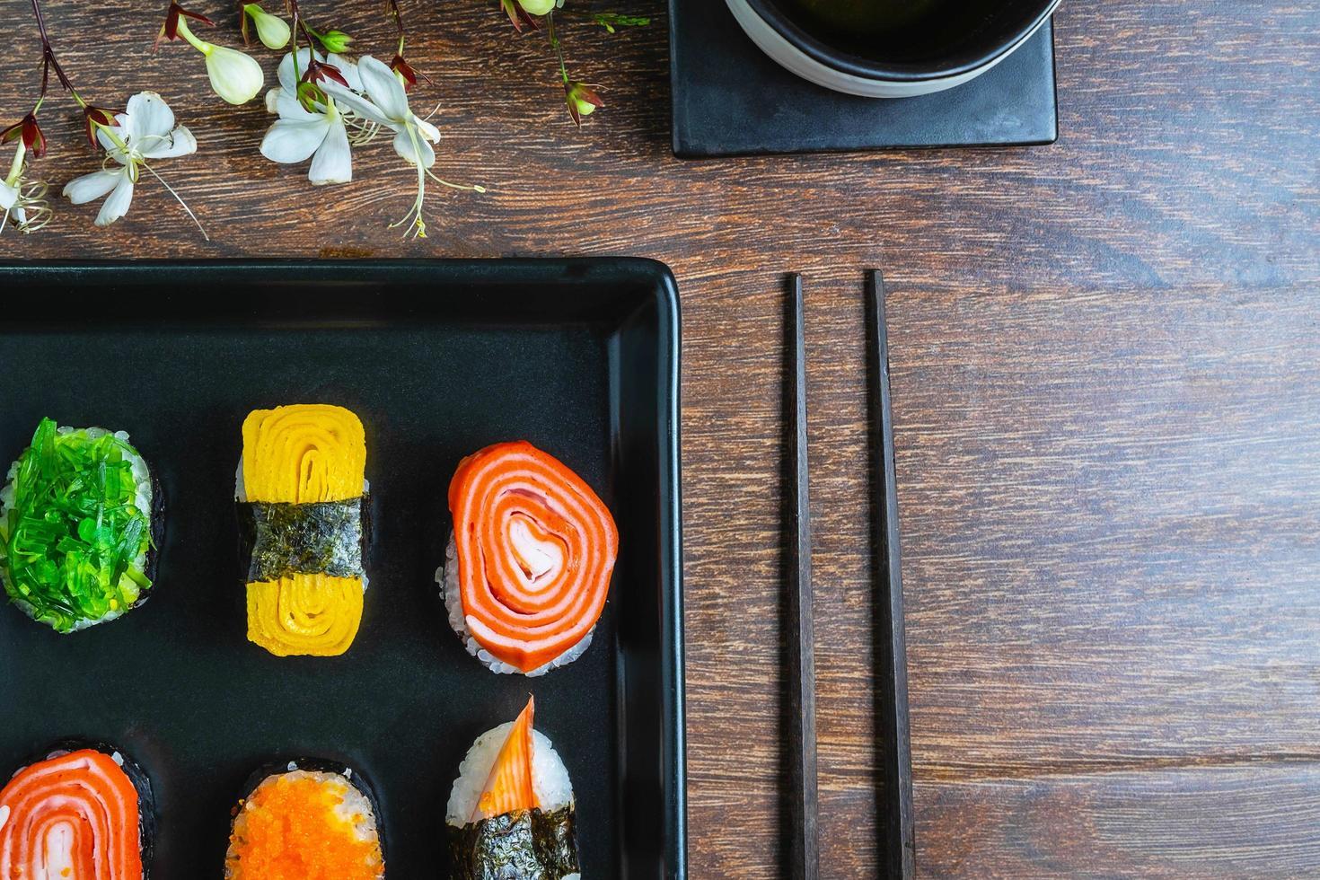 närbild av en tallrik med sushi foto