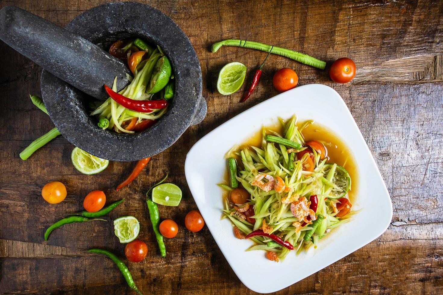 papaya salladsalsa på ett träbord foto
