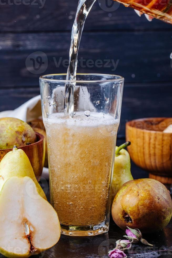 päronlimonad som hälls i ett glas foto