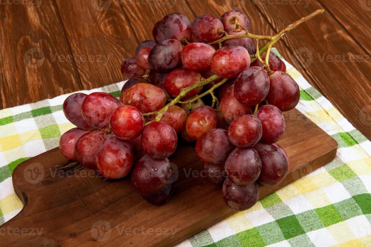 röda druvor på en skärbräda foto