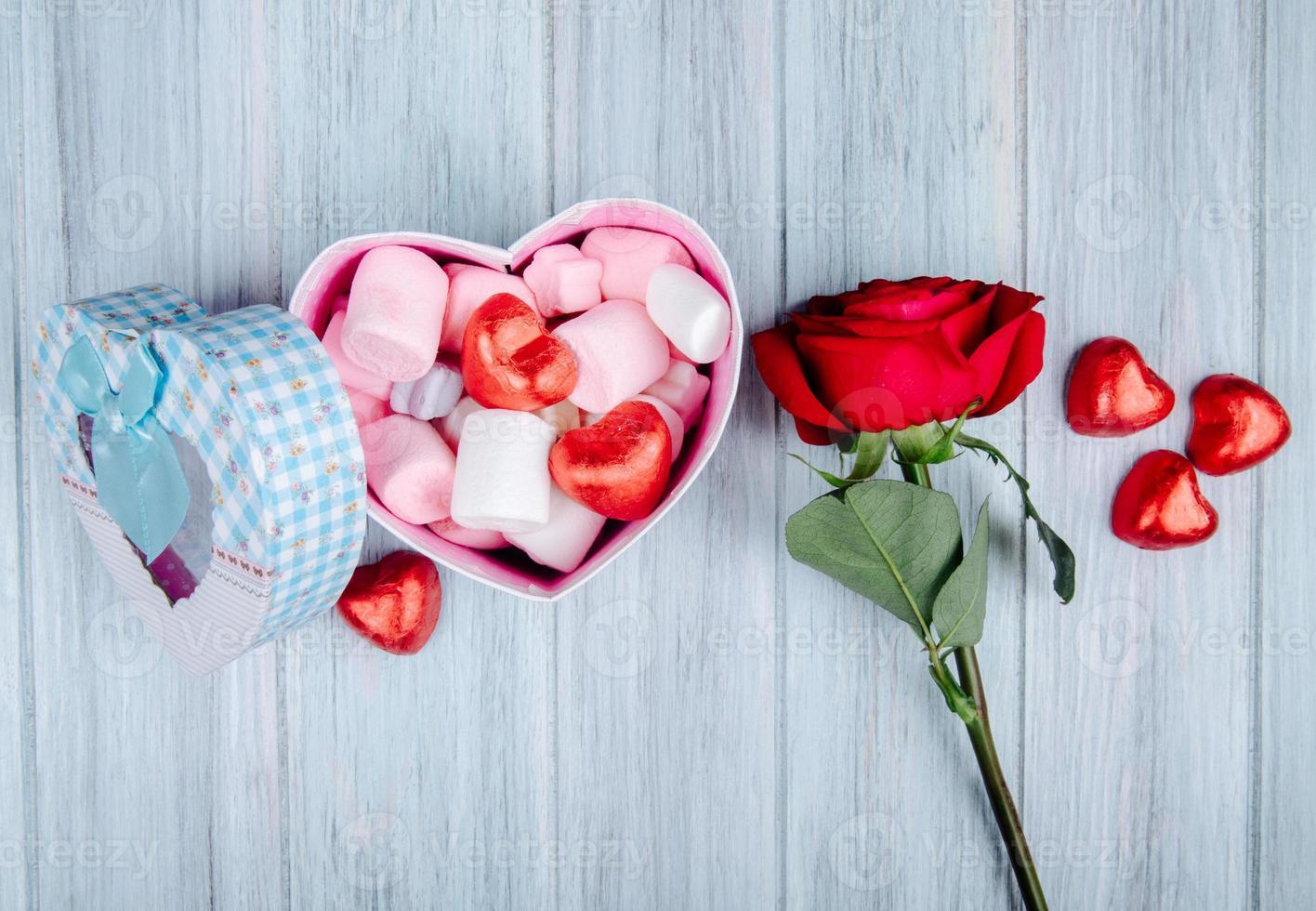ovanifrån av alla hjärtans godis och en ros foto