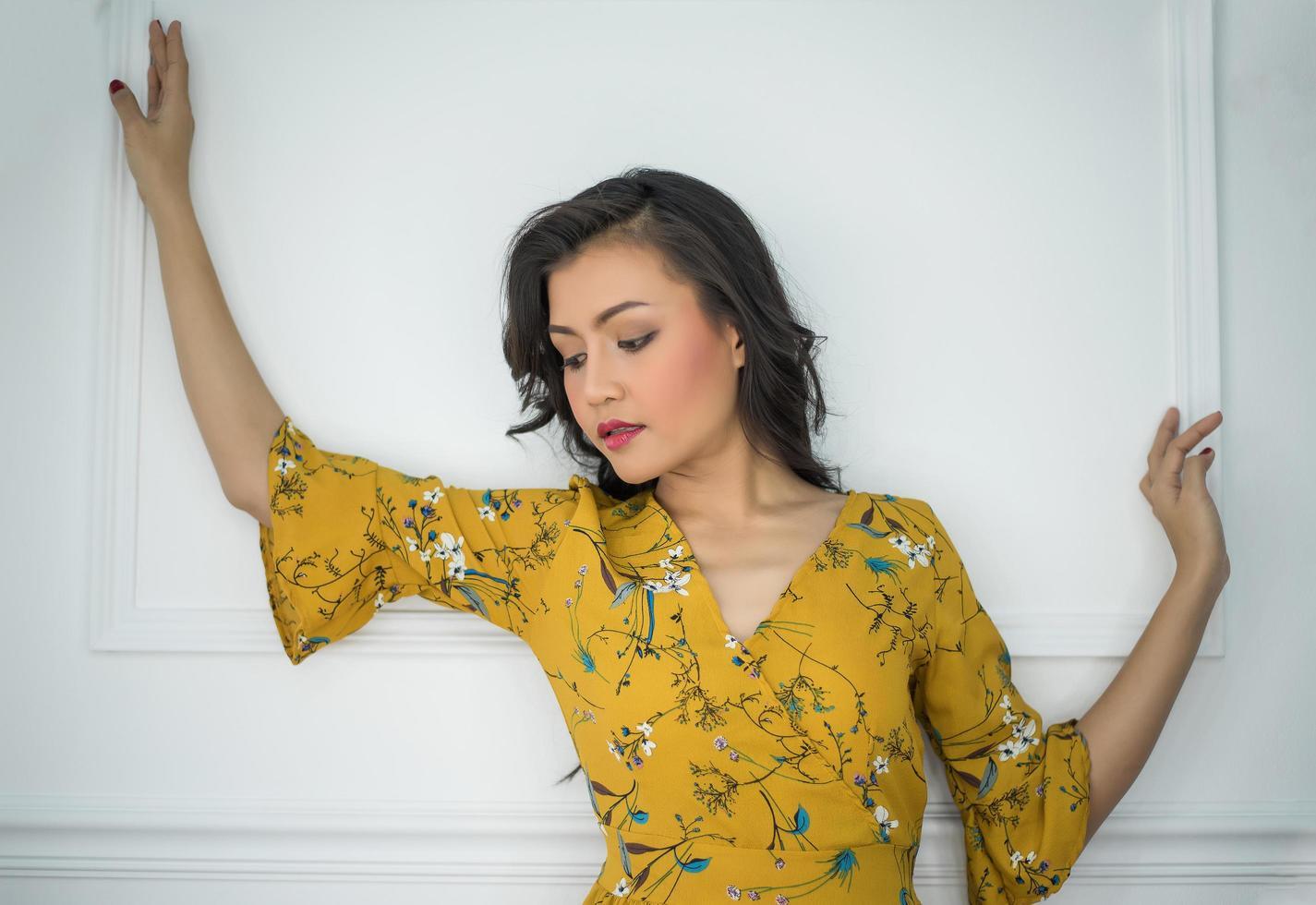 porträtt av en kvinna på vit bakgrund foto