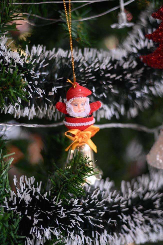 närbild av jultomten som hänger från julgranen foto
