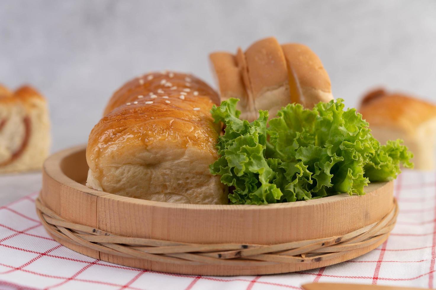 olika bröd visas på ett bord foto