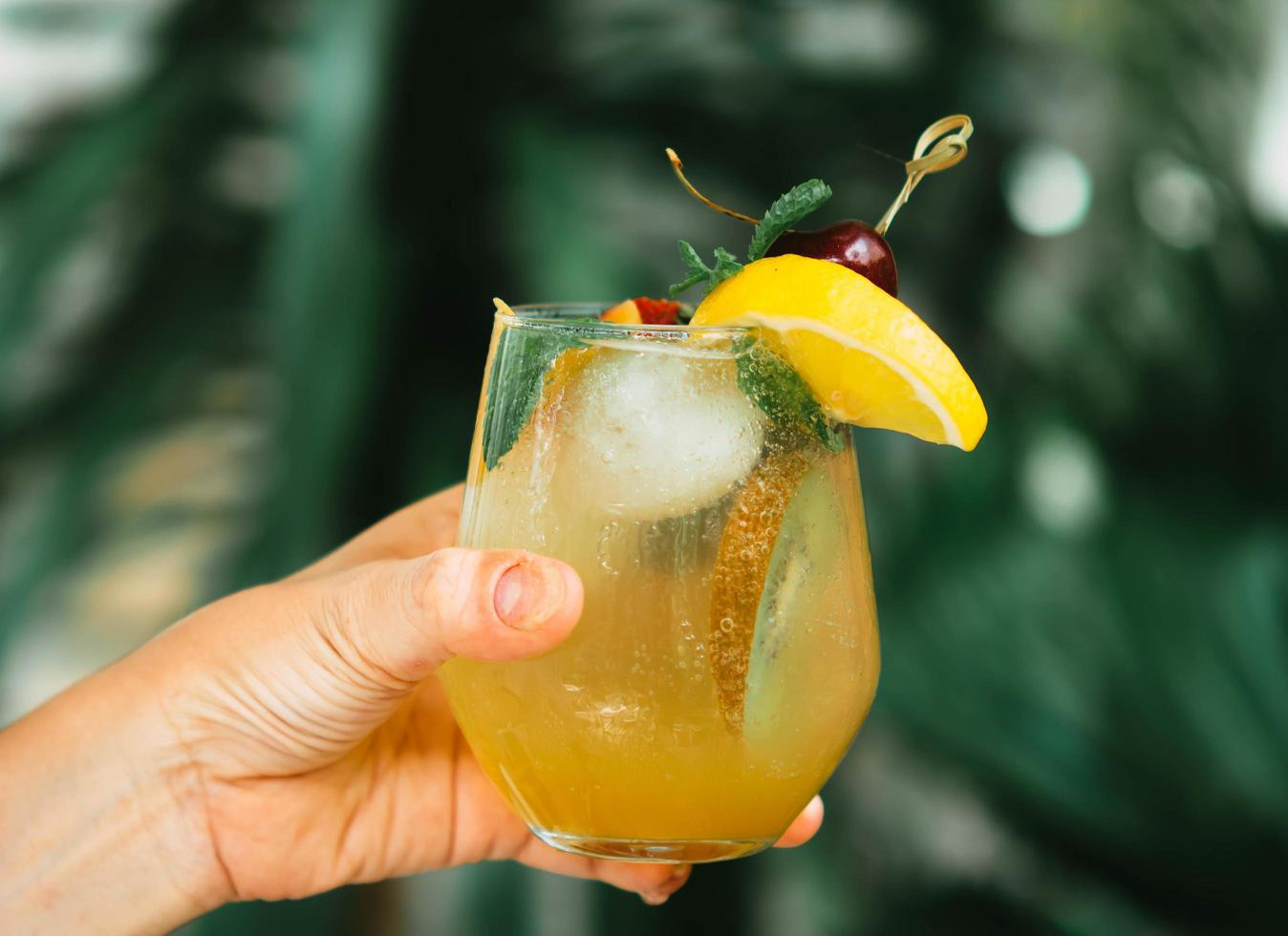 person som håller en cocktail foto