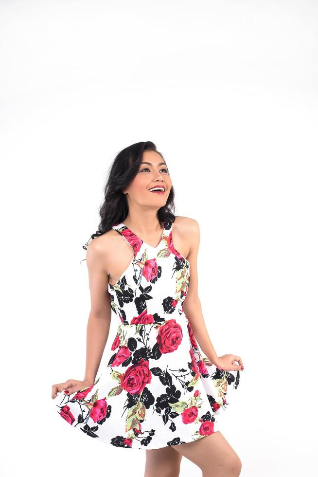 stående av en kvinna på vit bakgrund som ler foto