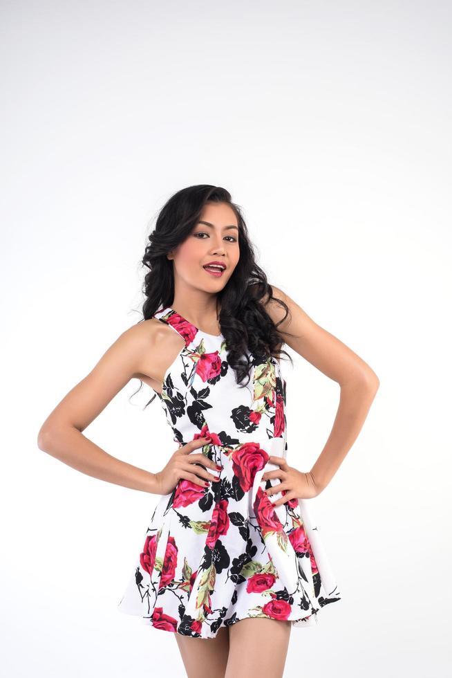 porträtt av en modell i en röd och svart klänning foto